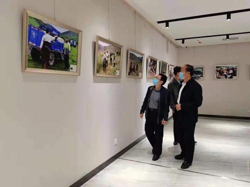 """州纪委监委:组织党员干部参观""""中国美·劳动美——我心向党""""摄影展图片"""
